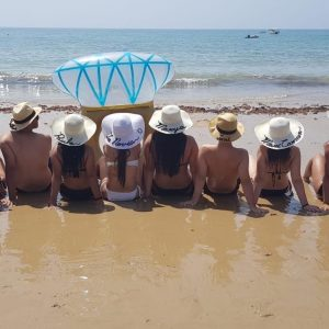 despedidas de soltera en la playa con pamelas personalizadas